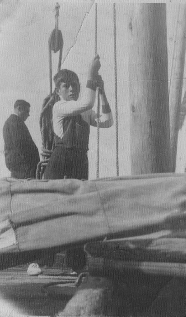Gino Cucco mentre issa la vela sul burchio
